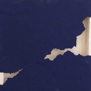 Oltre il muro blu, tecnica mista su tela, cm. 100 x 100